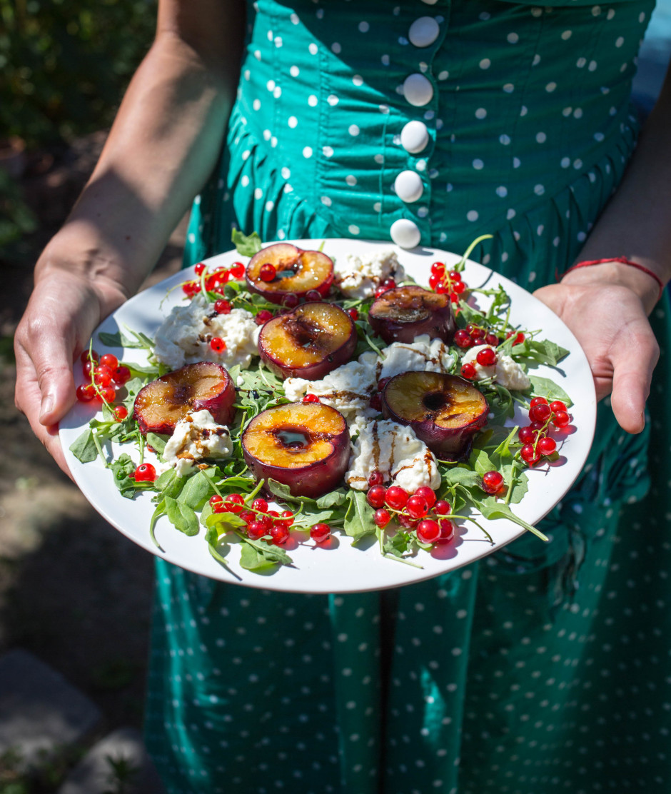 mozzarella salad with roasted plums